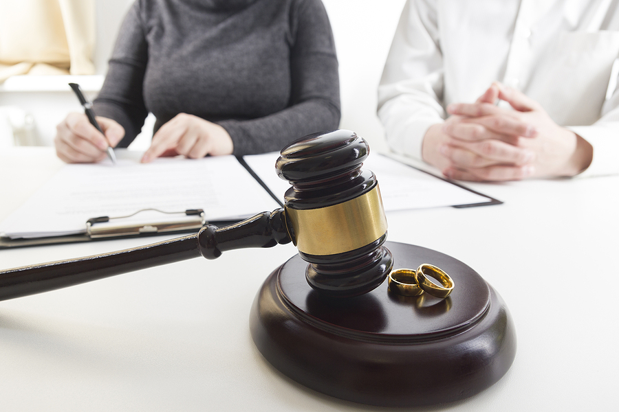 Trusted family lawyer in Sydney helping a couple on their separation procedure